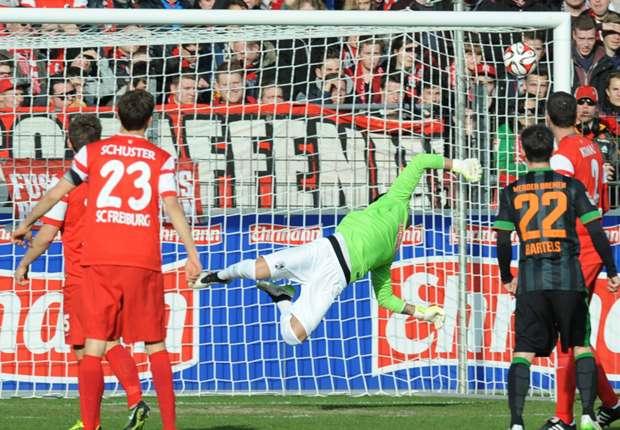 Franco Di Santo markierte gegen Freiburg sein zwölftes Saisontor, hier schlägt das Leder in Bürkis Tor ein