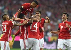 Zum Start der neuen Saison brennt der Meister aus München gegen überforderte Bremer ein Feuerwerk ab. Am Samstag steigen unter anderem BVB und S04 ein. Die Bilder des 1. Spieltags.