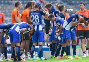 Zum Start der neuen Bundesliga-Saison setzen sich die Favoriten durch - mit einer Ausnahme. Für extreme Bedingungen war beim Auftakt das Wetter verantwortlich, Trinkpausen gab es überall. Die Bilder des 1. Spieltags.
