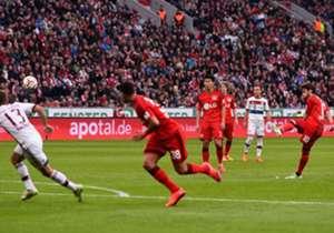 Etwas überraschend ging Leverkusen nach rund einer Stunde in Führung. Hakan Calhanoglu (r.) hatte Manuel Neuer mit einem seiner gefürchteten Freistöße überwunden.