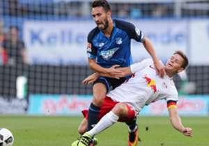 RB Leipzig feiert mit dem umkämpften Unentschieden in Hoffenheim seinen allerersten Punkt in der Bundesliga. Sonst setzen sich die Favoriten durch - mit einer Ausnahme. Für extreme Bedingungen war beim Auftakt das Wetter verantwortlich, Trinkpausen gab...