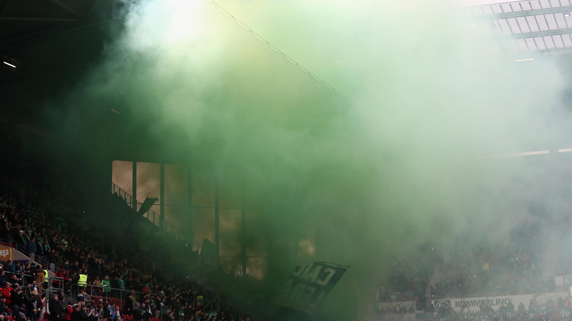 Fan und Kind durch Pyrotechnik verletzt