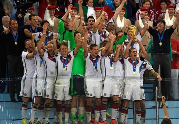Da ist das Ding! Deutschland jubelt mit WM-Pokal