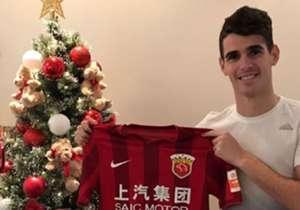 O mês de janeiro é quando os times europeus e chineses se concentram na busca por reforços. Confira as grandes transferências já confirmadas!