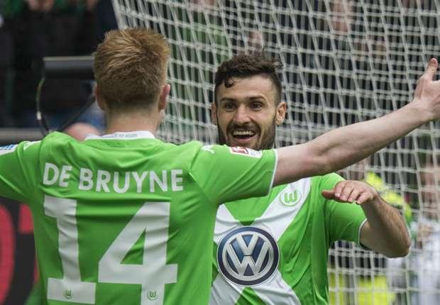 Wolfsburgs Torschütze Daniel Caligiuri (r.) jubelt mit Vorlagengeber Kevin De Bruyne