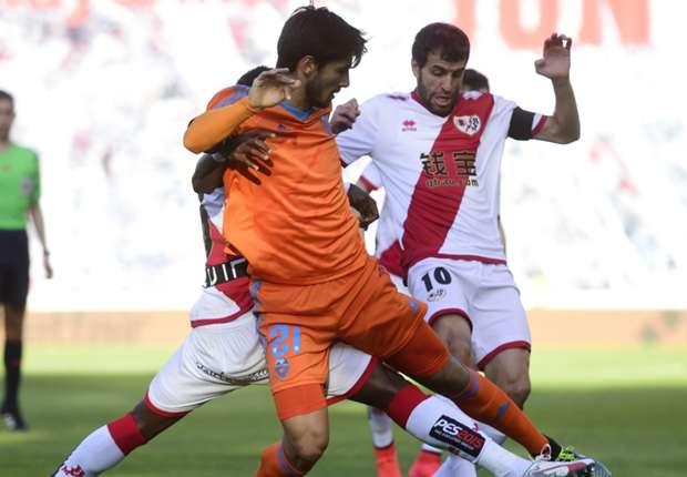 Valencias Gomes (l.) und Rayos Trashorras im Zweikampf