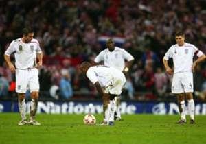 EURO 2008   SEDE: AUSTRIA Y SUIZA   Quizá el mayor fracaso de una gran selección. Inglaterra no logró clasificarse en un grupo donde fue superada por Croacia y Rusia. Las dos derrotas contra los croatas (2-0 y 2-3) resultaron claves