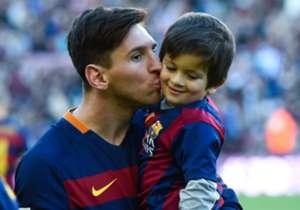 Lionel Messi le da un beso a su hijo Thiago.