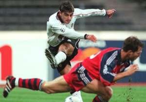 CLAUDIO LÓPEZ | 4 TEMPORADAS(1996-2000) | 72 goles en 180 partidos a lo largo de cuatro temporadas y actuaciones memorables contra Barcelona (12 goles en 15 partidos) dejan al 'Piojo' en un lugar de privilegio en la historia de Valencia. En Mestalla g...