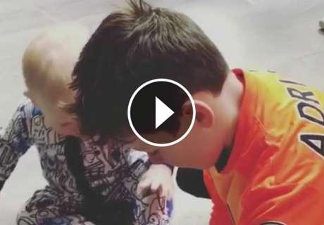 El hijo de Rooney.. ¡fan del portero español Adrián!