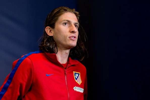 Filipe Luis firma su contrato con el Chelsea