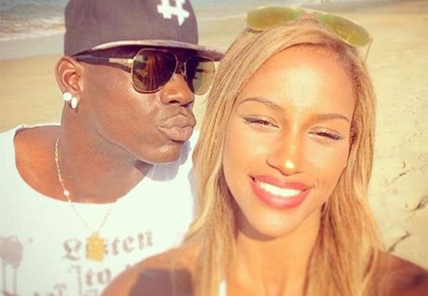 Mario Balotelli junto a su novia