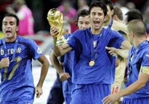12 anni fa l'Italia batteva la Francia nella finale della Coppa del Mondo, grazie ai rigori segnati da Pirlo, Materazzi, De Rossi, Del Piero e Grosso, dopo che nei tempi regolamentari lo stesso Materazzi aveva pareggiato la rete iniziale di Zidane, poi...