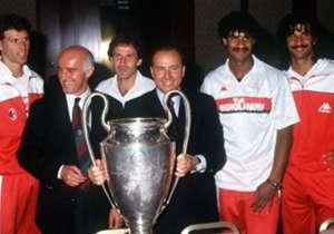 Arrigo Sacchi (1987-1991) - Al comienzo de la temporada 1987-88, Berlusconi tiene una gran intuición en la figura de Arrigo Sacchi, que proviene del Parma. Con Sacchi logra el sufrido Scudetto, luego vienen dos Copas de Europa, dos Supercopas de Europa...