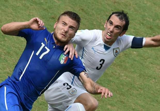 Ciro Immobile peleando con Diego Godin