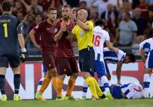 Daniele De Rossi (M.) sah im zweiten Durchgang die Rote Karte