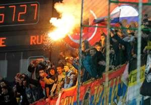 Die Stimmung in Podgorica war aufgeheizt. Schiedsrichter Deniz Aytekin entschied nach einer 20-minütigen Pause, das Spiel fortzusetzen ...