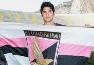 TULIO DE MELO - Arrivato in scadenza di contratto con il Le Mans, De Melo scatena un duello tra Palermo e Parma: il giocatore firma per entrambe, alla fine la spuntano i rosanero.