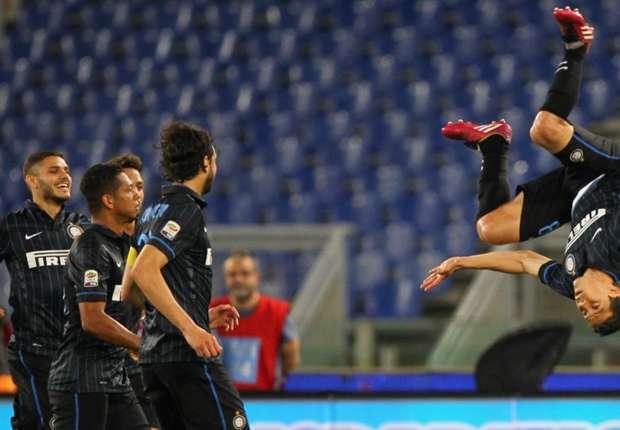 Hernanes (r.) feiert seinen ersten von zwei Treffern gegen Lazio