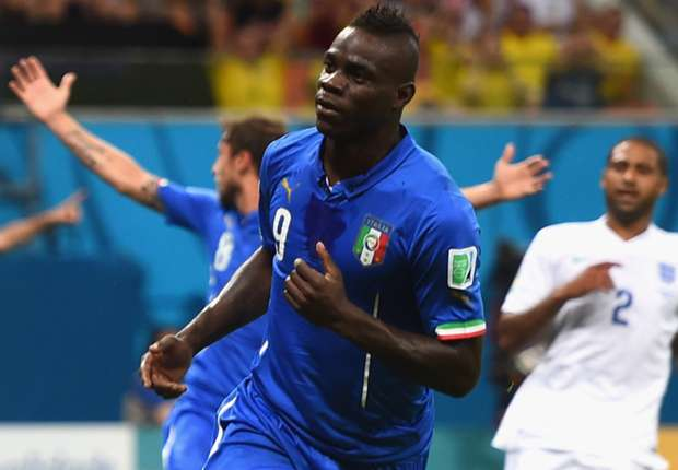 Balotelli esulta dopo aver messo a segno il goal del 2-1 contro l'Inghilterra