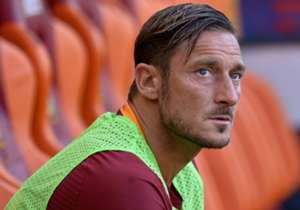 Hari ini Totti telah menginjak usia ke-40 tahun, Goal merangkum momen perjalanan karir sang Pangeran Roma dalam 40 gambar terbaik...