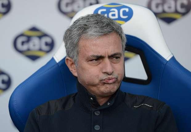 Die Niederlage sah Jose Mourinho bereits von der Tribüne aus, nun wird sein Geldbeutel erleichtert