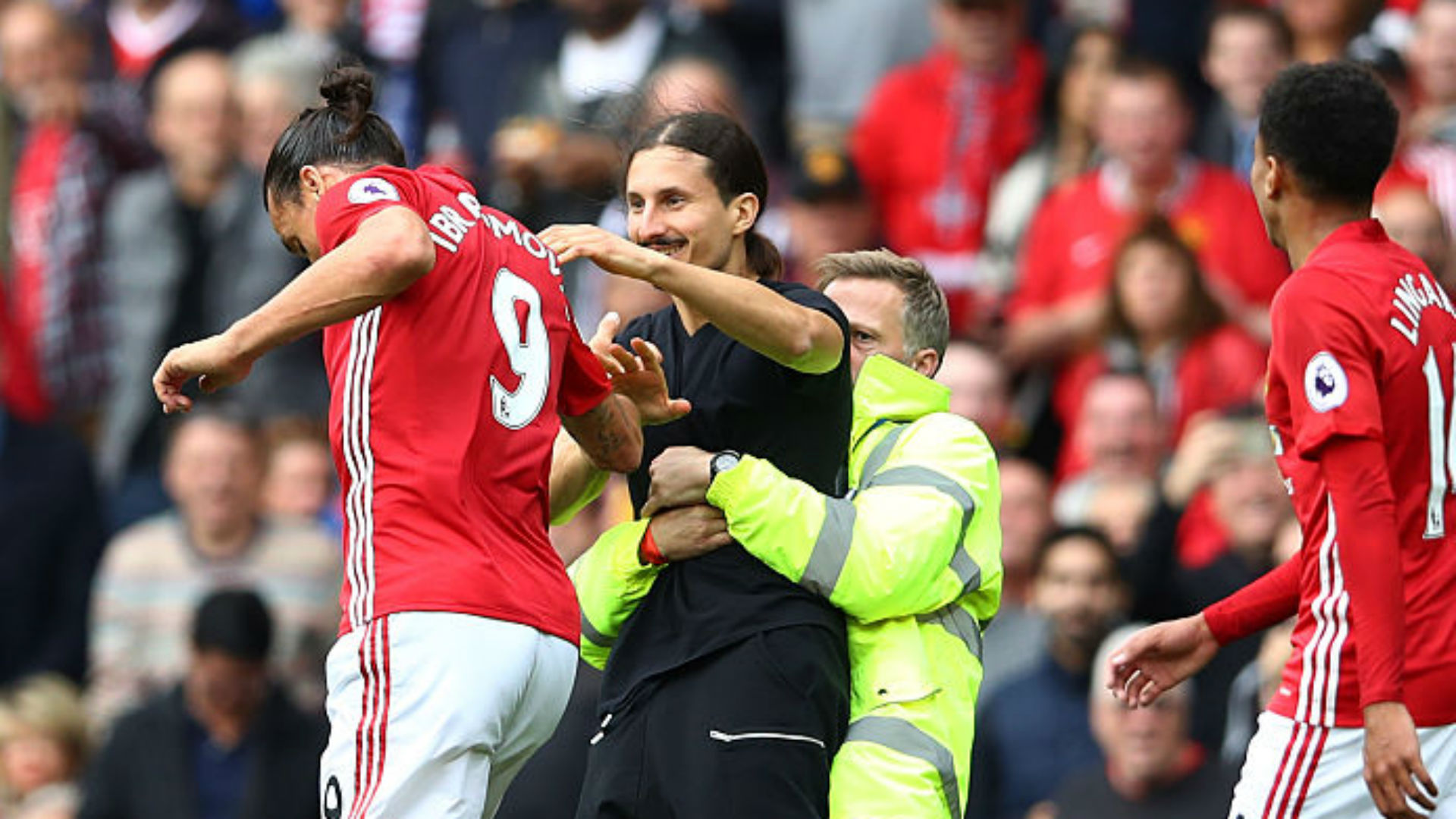 zlatanibrahimovicpitchinvadermanchesterunited24092016