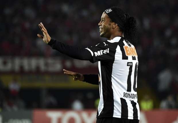 Ronaldinho belum mau pensiun