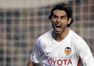 ROBERTO AYALA | 7 TEMPORADAS (2000-2007) | En el Valencia fue donde pasó más años y donde más destacó. En su buena época (2003), el Real Madrid llegó a ofrecer 14 millones de euros, pero el Valencia sólo negociaba si entraba Samuel Eto'o en la operació...