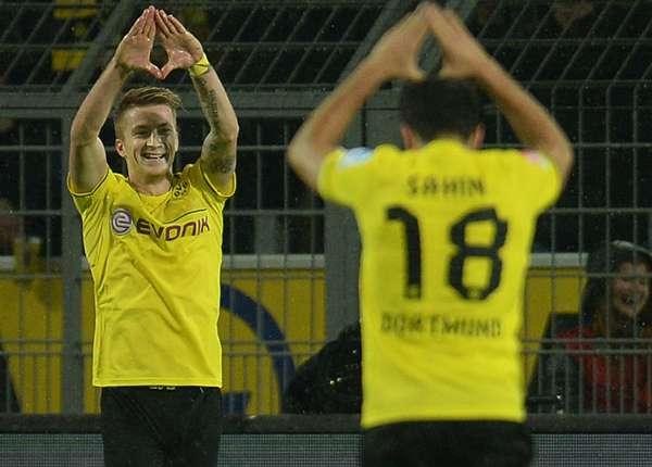 Die Dortmunder Spieler um Marco Reus freuen sich