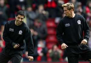 Luis Suarez dan Fernando Torres tengah melakukan pemanasan bersama sebelum kick-off, tapi fans Liverpool harus menunggu sampai babak kedua untuk melihat mereka bekerja sama di lini depan.