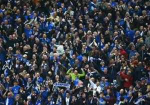 Não foi dessa vez. O grito da torcida terá de esperar, pelo menos mais um dia. O Leicester empatou com o Manchester United, em 1 a 1, neste domingo (1), e torce contra o Tottenham na segunda-feira. Um empate dos Spurs dá o título aos Foxes, que tem mai...