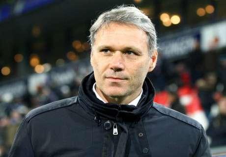 Van Basten steps down as AZ coach