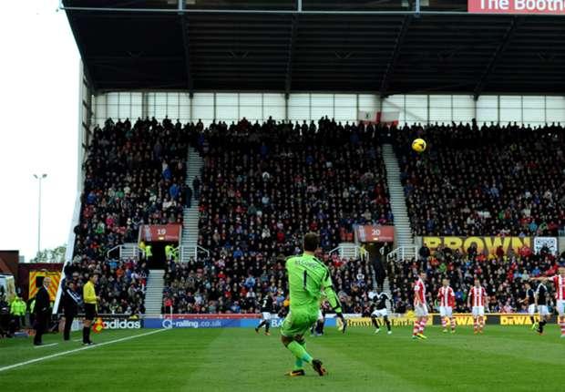 Stoke-doelman schrijft record op naam met goal