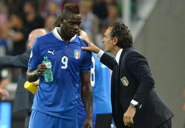 Balotelli y Prandelli en un partido de la selección italiana.