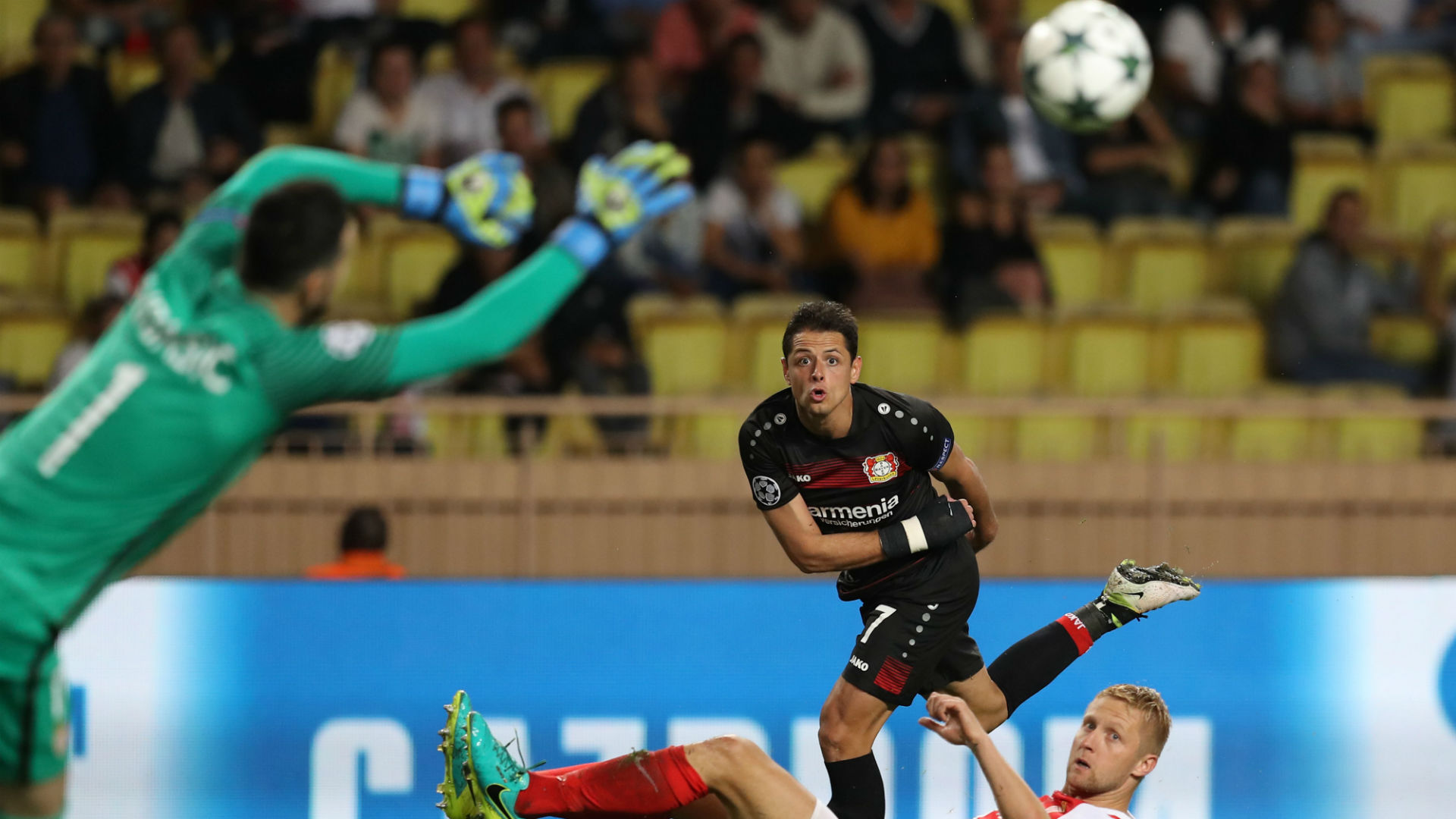 Chicharito continúa en plan goleador con el Bayer