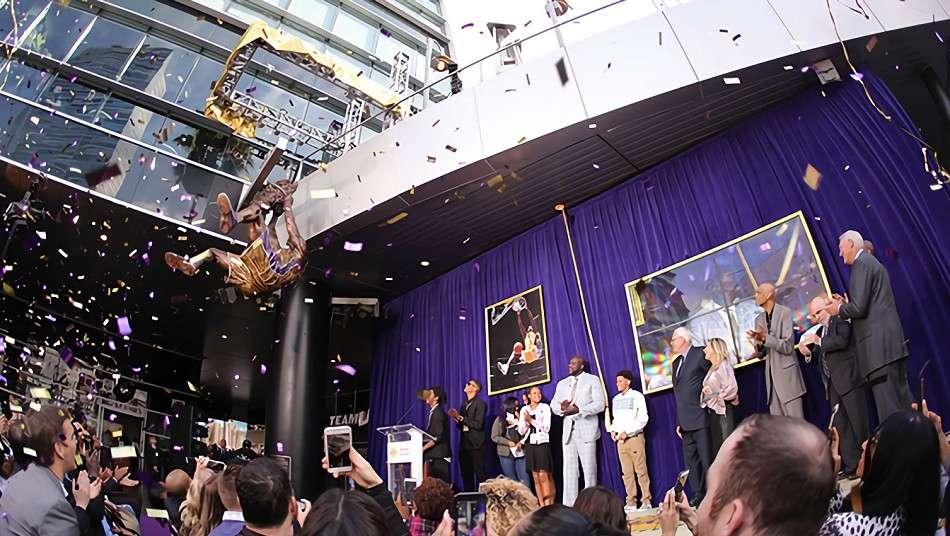 ステイプルズ・センターでシャキール・オニールの銅像をお披露目