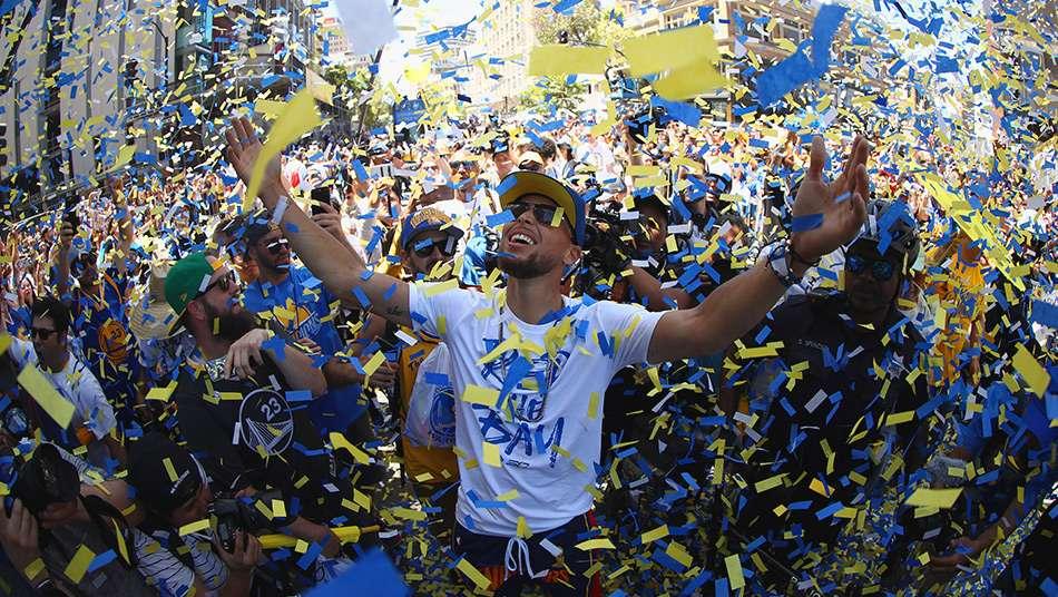 ウォリアーズが優勝パレード、ステフィン・カリーは「欲張ってもっとできるようにするよ」