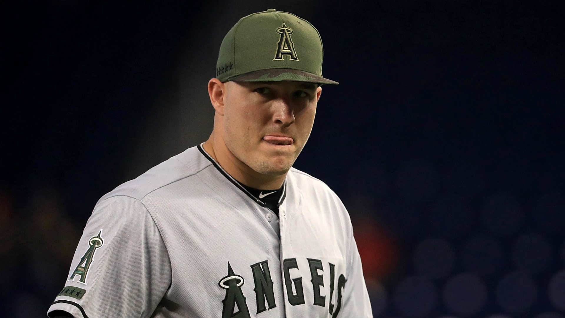 Angels star Mike Trout jams left hand, leaves game at Miami