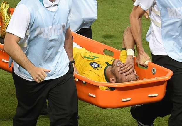 Neymar, mientras era llevado en camilla tras el golpe de Zúñiga