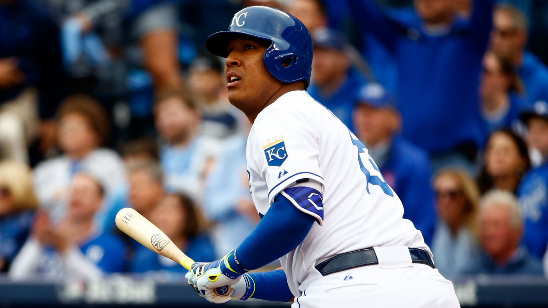 Salvador Perez suffers grade 2 MCL tear after slipping while carrying luggage