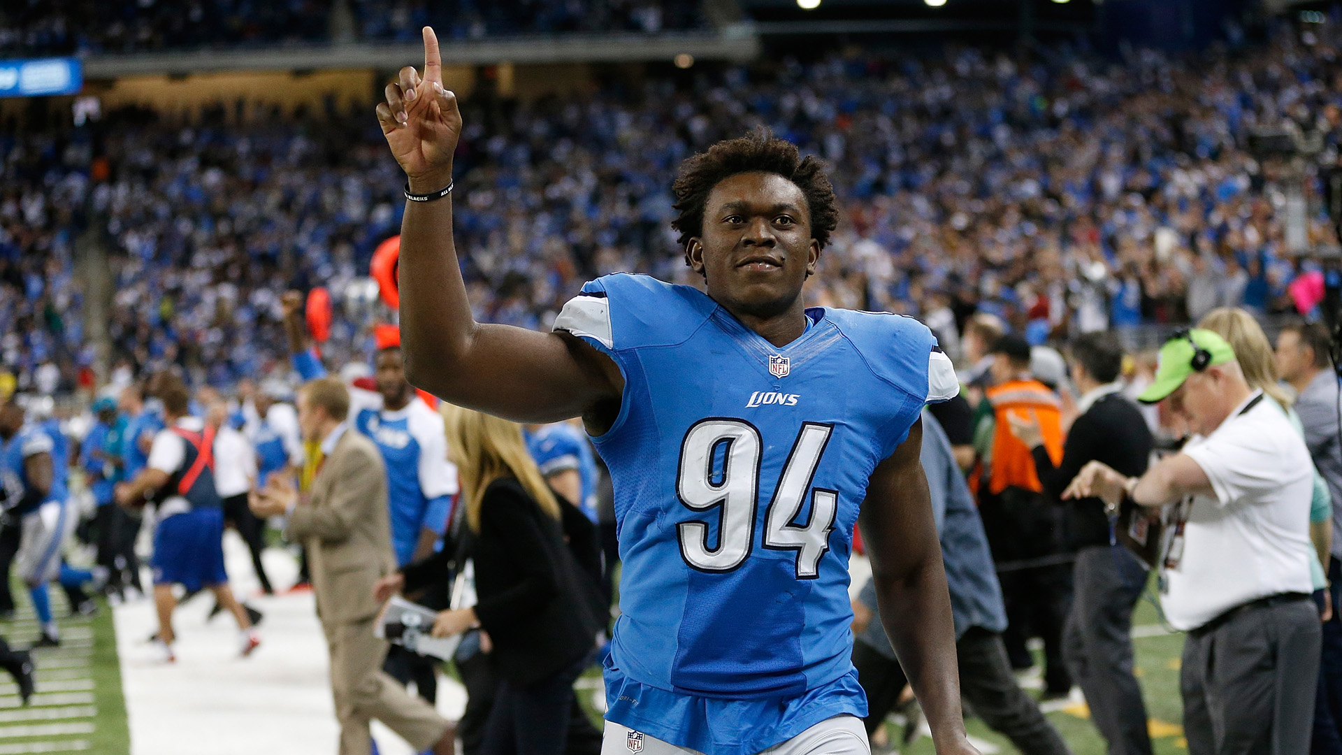 Lions Ziggy Ansah is delivering 94 000 bottles of water to Flint
