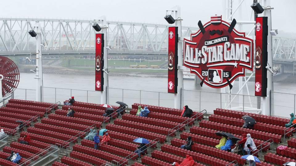 Reds fans wait out rain