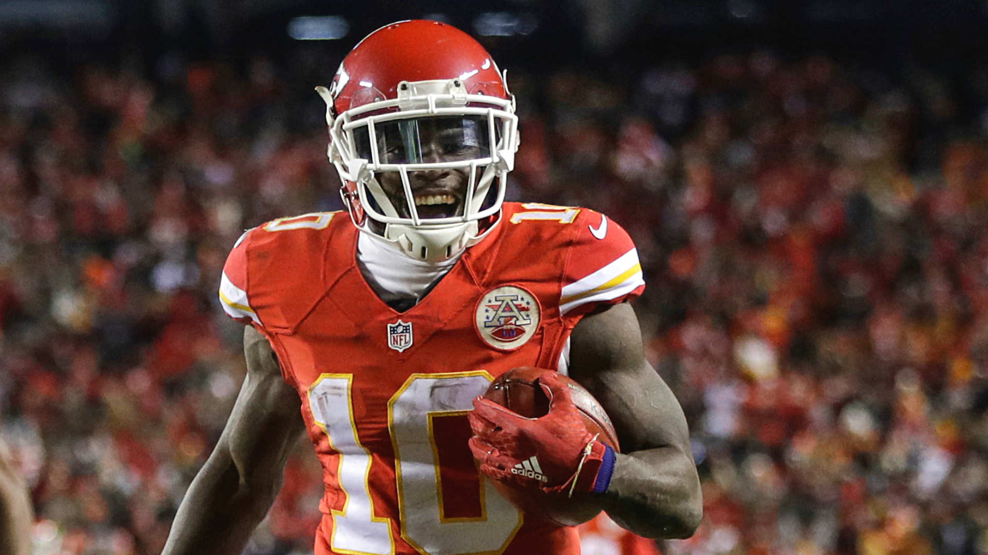 Chiefs WR Tyreek Hill scores on Hail Mary dump off to end first