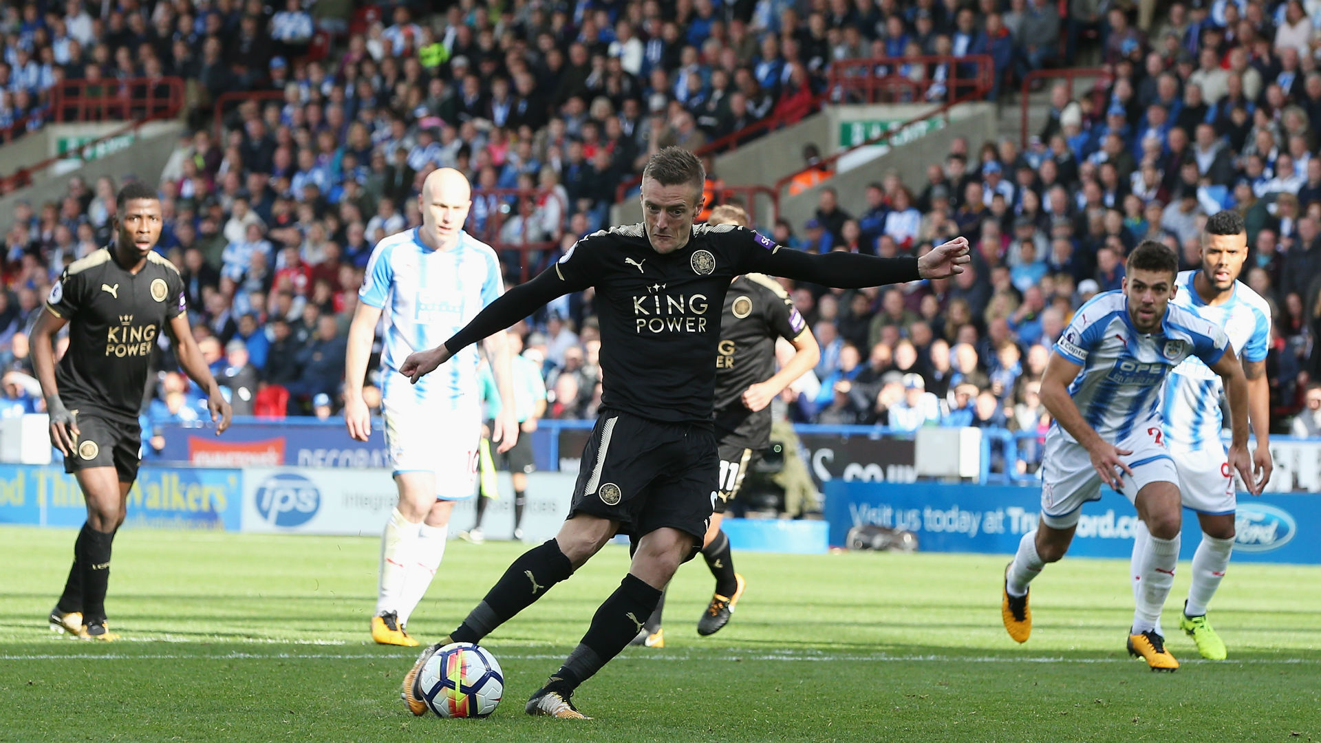 Vardy penalty earns Leicester point at Huddersfield