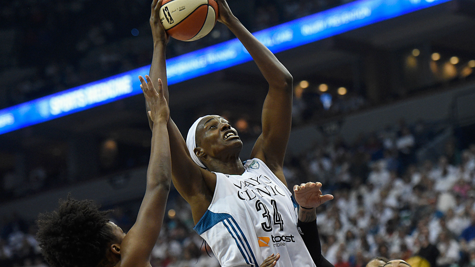 Fowles, Moore lift Lynx over Mystics, 93-83