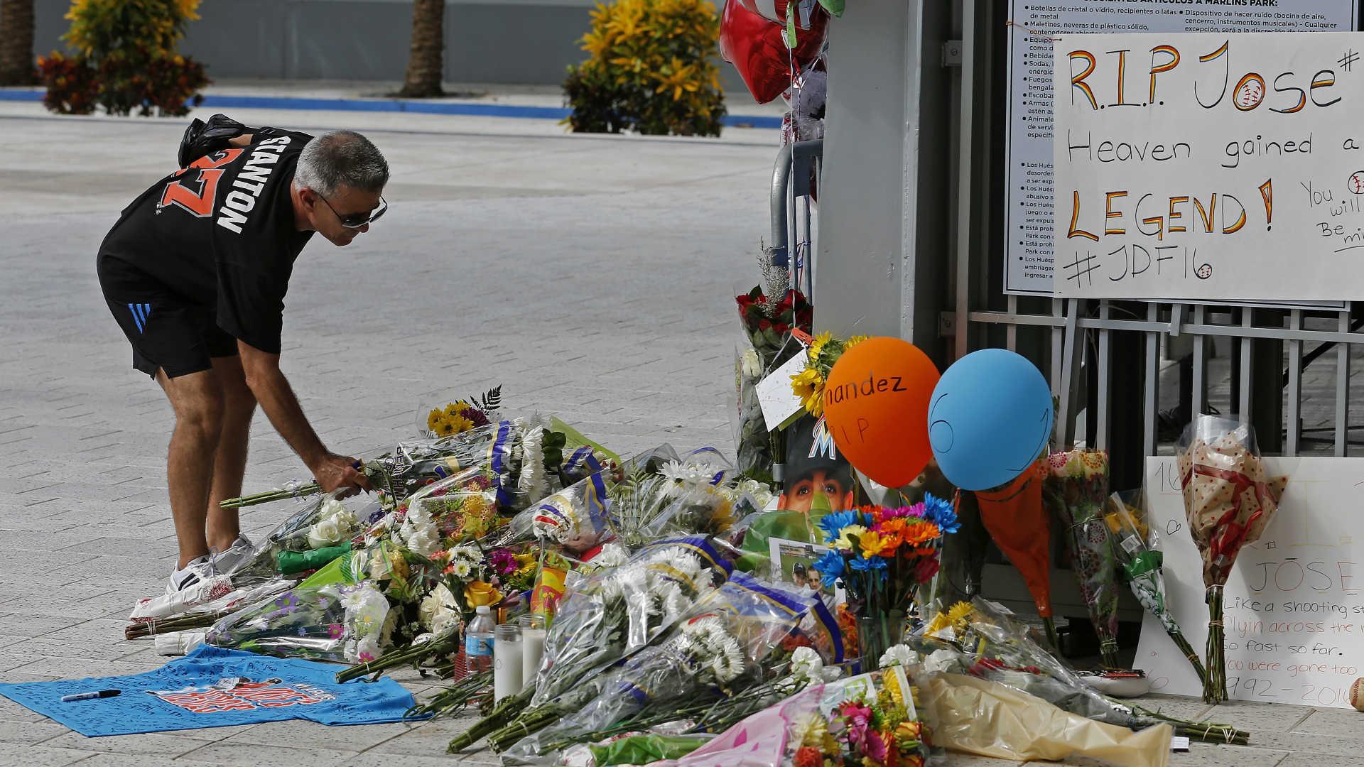 A-makeshift-memorial-to-jose-fernandez_1cxwazum7mnwk12vul2ipyjlgy