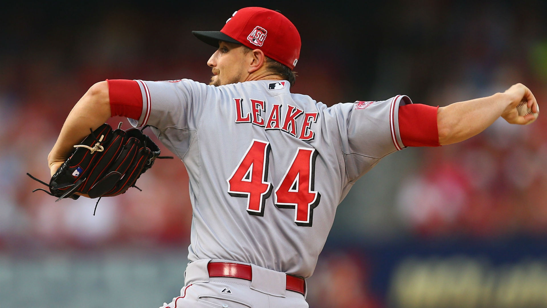 Giants acquire pitcher Mike Leake from Reds