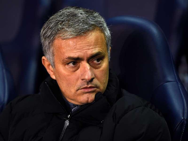 Mourinho zegt sorry tegen scheidsrechter