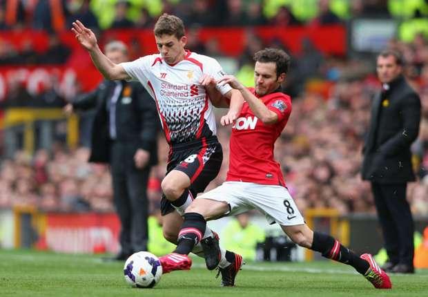Juan Mata pelea un balón en el partido ante el Liverpool